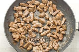 В разогретую сковороду добавьте пару столовых ложек масла и обжаривайте мясо 10 минут.