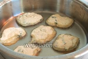 В сковороде разогреть растительное масло и, выкладывая столовой ложкой тесто, обжарить оладьи с двух сторон до румяного цвета на среднем огне.