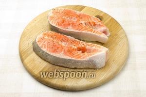 Посолите и поперчите рыбу по вкусу. Мы посыпали каждый кусок 1 щепоткой перца и 2 соли.