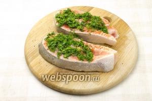 Выложите на одну половинку рыбы укроп. Взбрызнете оливковым маслом.