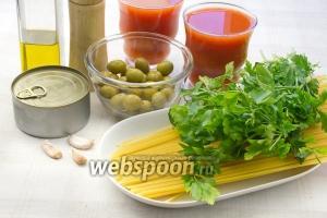 Для этого блюда возьмите: спагетти, банку консервированного тунца, оливки, петрушку, чеснок, оливковое масло.