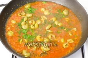 Теперь добавьте оливки в томатный соус, посолите и перемешайте. Тушите ещё 5 минут, снимайте с огня и дайте соусу настояться.