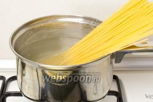 Отварите спагетти. Макароны из твёрдых сортов пшеницы варить приблизительно 8-10 минут. После чего слейте с них воду, порциями выложите спагетти по тарелкам и сверху полейте томатным соусом с тунцом. Подавайте горячим.