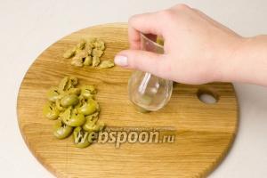 Если вы взяли оливки с косточкой — можете извлечь их при помощи небольшой рюмки, с плоским дном. От сильного нажатия по центру — оливка раскрывается и косточка легко вынимается.