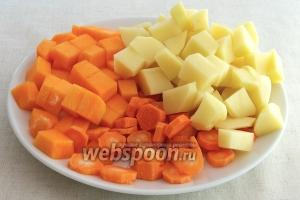 Овощи — картофель, морковь и тыкву очистить и порезать кубиками.