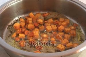 Затем добавить тыкву и морковь и жарить на среднем огне до готовности 10-20 минут.