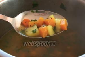 Затем добавить мелко нарезанную петрушку и соль по вкусу.