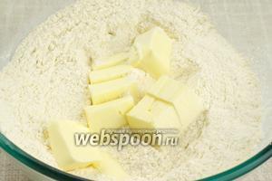 Затем добавить порезанное размягчённое сливочное масло.