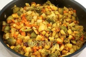 Накройте сабджи крышкой, тушите овощи на медленном огне 20-25 минут до готовности.