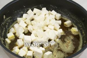 Добавьте в сковороду сыр и обжарьте его до золотистой корочки на большом огне.