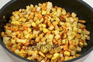 Затем выложите овощи: сначала морковь и картофель и обжарьте 2-3 минуты.