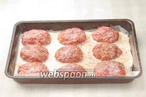 Залейте биточки сливками и посыпьте сушённой паприкой. Поставьте в разогретую до 200 °С духовку. Запекайте 30 минут.