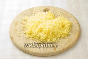 Натрите сыр на мелкую тёрку.