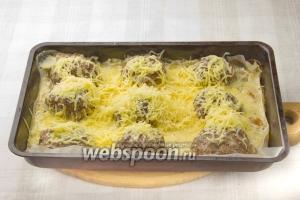 Посыпьте сыром биточки и запекайте до образования золотистой корочки. Подавайте биточки горячими и с гарниром.
