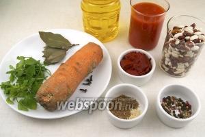 Для приготовления супа понадобится фасоль, морковь, томатная паста, томатный сок, растительное масло, специи и зелень.