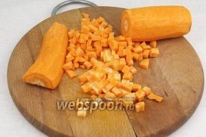 Морковь очистить и нарезать мелкими кубиками.