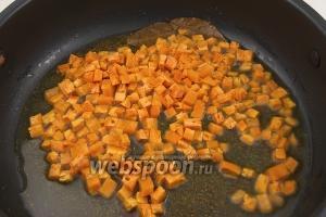 Затем обжарить в специях морковь до готовности.