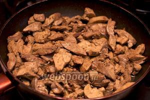Куриную печень хорошо помыть, порезать полосками и обжарить на растительном масле до готовности, добавив соль и чёрный молотый перец по вкусу.