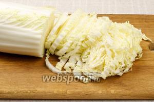Пекинскую капусту нарезать тонкой соломкой.