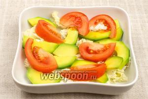 Этот салат лучше подавать в порционных тарелках.  Выкладываем продукты слоями: сначала пекинскую капусту, затем дольки авокадо и помидора.