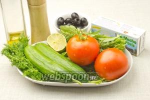 Для салата подготовьте: 2 свежих огурца и помидора, сыр Фета, рукколу, укроп, горсть маслин, оливковое масло, половинку лайма или лимона.