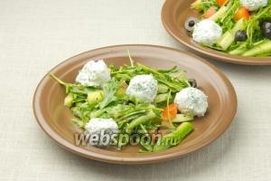 Разложите по порционным тарелкам салат и положите по несколько шариков феты. Подавайте к столу.