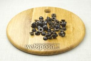 Каждую маслину разрежьте на 3 равных части (колечками).