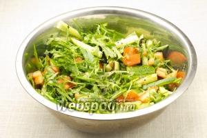 Выдавите в салат половинку лайма, посолите, поперчите и заправьте оливковым маслом. Перемешайте.