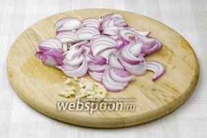 А пока картофель варится, крупно порубите чеснок, а лук нарежьте полукольцами.