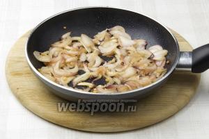 Разогрейте сковороду, добавьте немного растительного масла и обжарьте лук и чеснок. Обжаривать приблизительно 5-7 минут. После чего, переложить в миску.