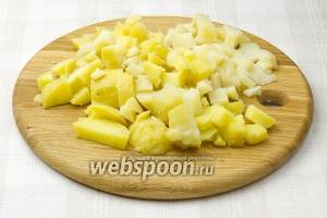 Варёный картофель остудить, очистить и нарезать кубиками.