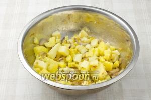 В глубокой миске смешайте картофель, жаренный бекон и лук с чесноком.