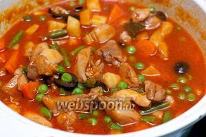 Затем добавить соль и перец по вкусу, снять с огня и дать настоятся 10-15 минут. Подавать блюдо горячим с гарниром из риса.