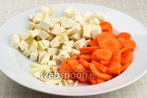 Чеснок, морковь и сельдерей очистить и крупно нарезать.