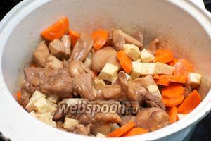 Добавить морковь и сельдерей — хорошо всё перемешать.