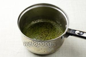 В кастрюлю влейте полстакана воды. Добавьте сахар, кориандр, укроп и перец. Поставьте на огонь и варите, пока объём жидкости не уменьшится вдвое. Снимите с огня и немного охладите.