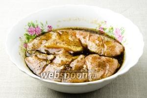 Положите курицу в глубокую миску. Смажьте растительным маслом и залейте сиропом. Оставьте на 30 минут.