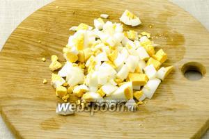 Отварите яйца (варить 7 минут с момента закипания). Очистите от скорлупы и порубите.