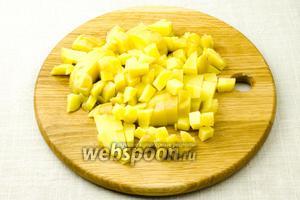 Отварите картофель в мундирах (варить 20-30 минут). Очистите от кожуры и нарежьте кубиками. Картофель остудите.
