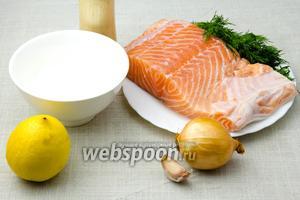 Для этого рецепта возьмите: красную рыбу, сметану, лимон, укроп свежий, зубчик чеснока, соль, перец.