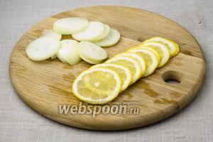 Нарежьте лук и лимон тонкими кольцами.