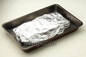 Плотно заверните рыбу в фольгу. Отправляйте запекаться в прогретую до 180 °С духовку на 1 час.