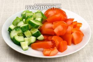 Огурец и помидоры хорошо помыть и крупно порезать.
