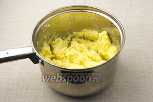 Добавьте желтки и оставшуюся половину сыра Пармезан в пюре. Перемешайте.