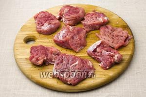 Мясо порежьте на средние кусочки и слегка отбейте их. Посолите и поперчите.