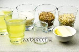 Для этого рецепта возьмите: стакан риса, гречки и перловки, два стакана  куриного бульона  или  овощного бульона , кусочек сливочного масла.