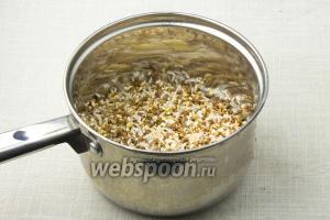 Крупы переберите и тщательно промойте. Соедините рис, гречку и перловку в кастрюле.