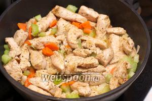 Хорошо всё перемешать, готовить под крышкой 3-4 минуты, а затем без крышки пока морковь не станет мягкой, периодически помешивая.