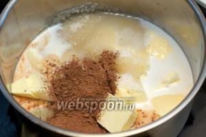 Соединить сахар, молоко, порезанное сливочное масло и какао.