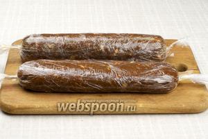 Разделить массу на 2 части, завернуть в пищевую плёнку, формируя колбасу. Поставить в холодильник на 6-7 часов для застывания.